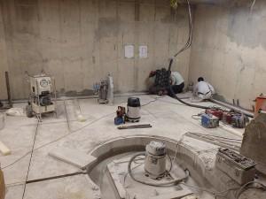 病院のレントゲン室の床の解体工事