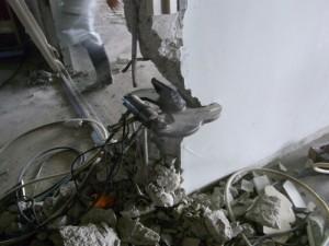 ハンドクラッシャーによる壁解体