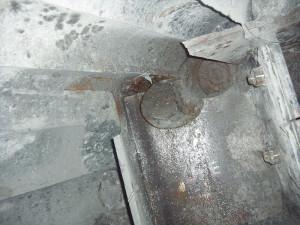 壁の奥の鉄板