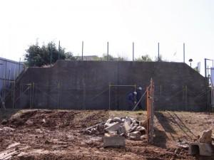 高さ約4m。幅約16m。厚み70cmのコンクリート壁。
