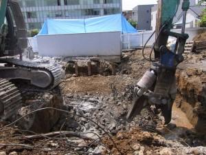 重機によるコンクリート解体