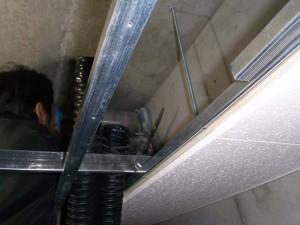 天井裏穴あけ